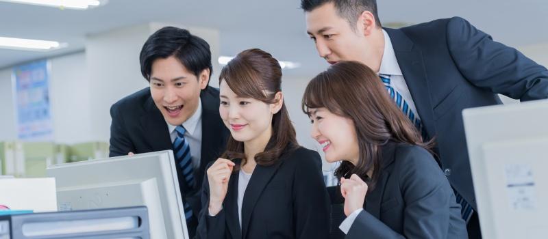 業務の成功を喜ぶ社員